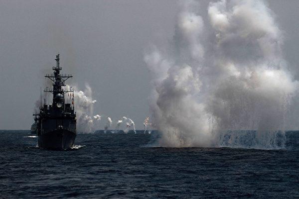 專家認為,台灣海峽寬闊,渡海登陸的規模與難度甚高。共軍若無十足把握,不會輕易犯台。圖為中華民國海軍於5月22日在台灣東部外海進行實彈演習。(HSU TSUN-HSU/AFP/Getty Images)