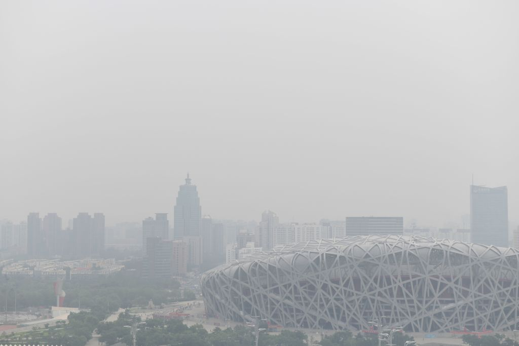 圖為2019年6月21的北京被陰霾鎖住。(NICOLAS ASFOURI / AFP)