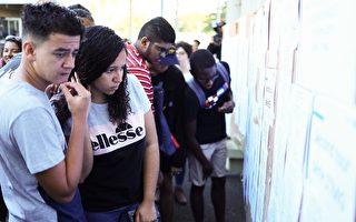 為杜絕作弊 墨西哥教師要求學生戴紙箱考試
