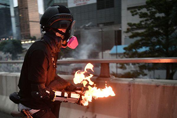 丢汽油弹男子所带头盔 广东特警同款?