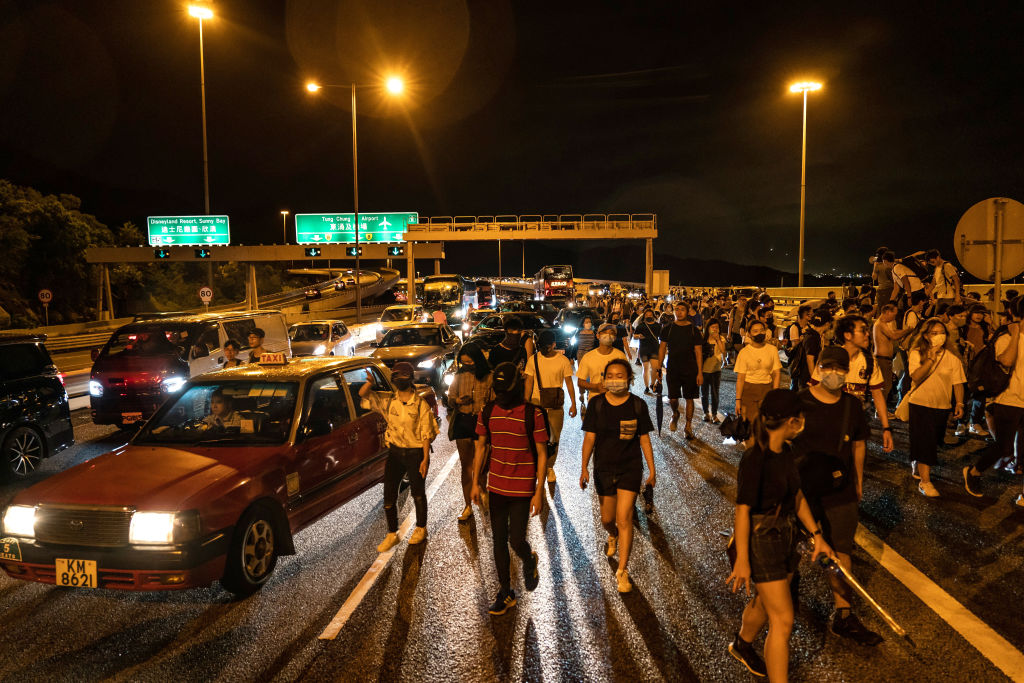 抗議者從機場步行撤退。 (Photo by Anthony Kwan/Getty Images)