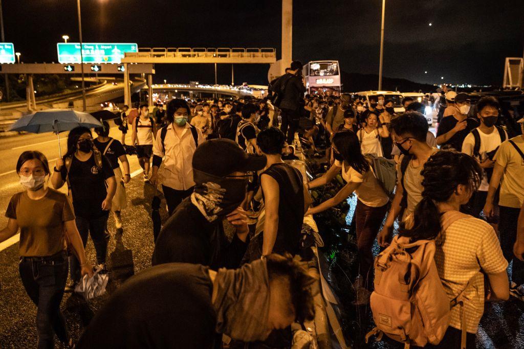 港鐵關閉,抗議者被迫步行撤離。. (Photo by Anthony Kwan/Getty Images)