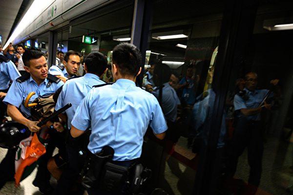 2019年9月2日,警察在樂富地鐵站抓民眾。(PHILIP FONG/AFP/Getty Images)