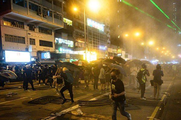 9月6日,香港太子地鐵站外警方向抗議者發射催淚彈。(Getty Image )
