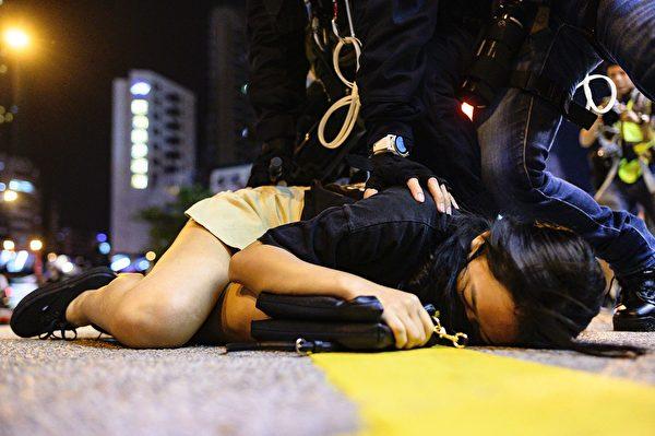 一名少女阿欣說,即使害怕也是要站出來。圖為9月7日於旺角抗議活動中一名女孩被警察拘捕。(PHILIP FONG/AFP/Getty Images)
