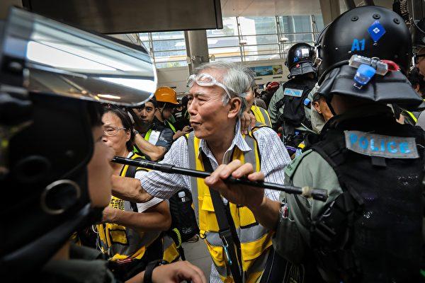 不少市民對於年輕人的抗議行動表示認同。圖為一名85歲的銀髮族,他在多次暴力衝突中,阻擋在示威者和警察中間。(VIVEK PRAKASH/AFP/Getty Images)