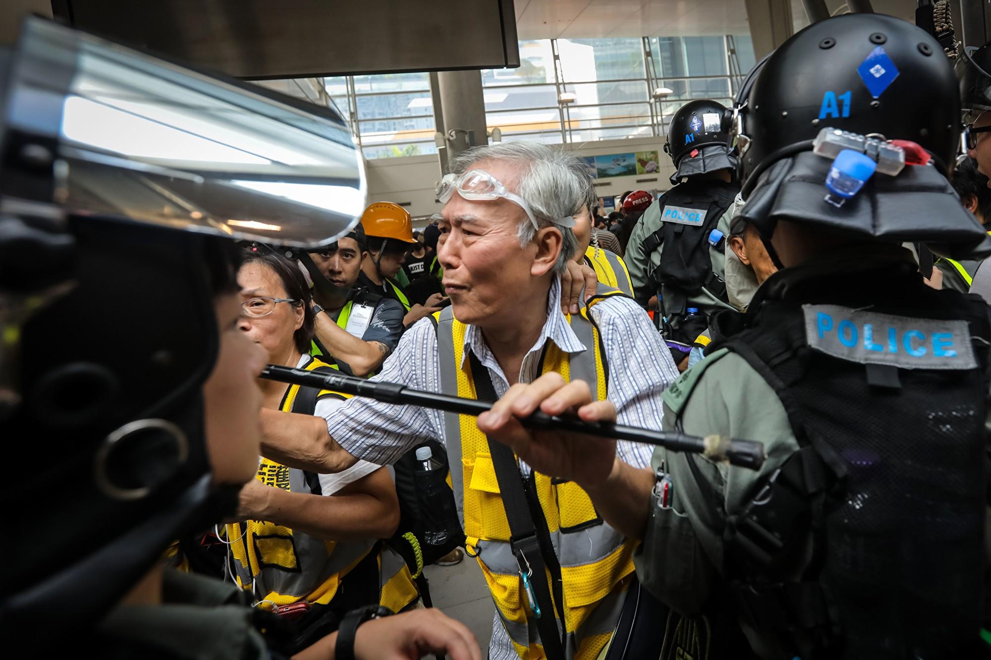 香港85歲老人挺身而出 保護年輕抗議者