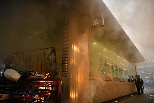 2019年9月8日,有人在畢打街燒紙皮。(ANTHONY WALLACE/AFP/Getty Images)