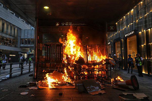 2019年9月8日,有人在畢打街燒紙皮。(VIVEK PRAKASH/AFP/Getty Images)