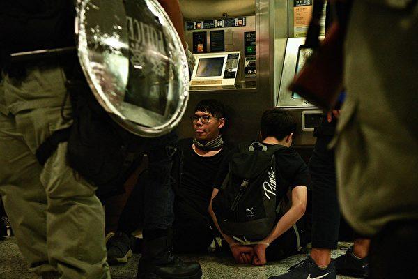 2019年9月8日,警方在中環站抓民眾。(ANTHONY WALLACE/AFP/Getty Images)