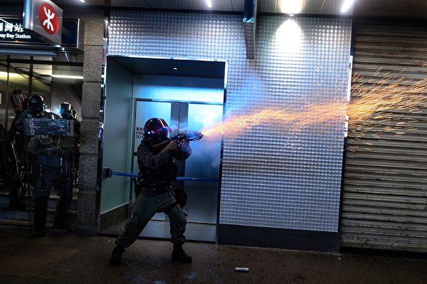 2019年9月8日,警方在銅鑼灣站發射催淚彈。(PHILIP FONG/AFP/Getty Images)