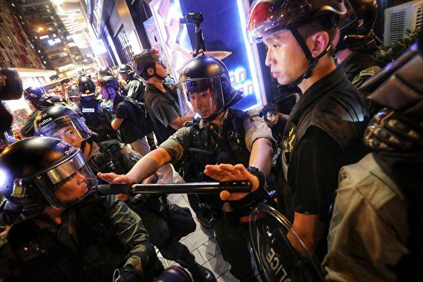 2019年9月8日,警方在銅鑼灣抓捕民眾。(VIVEK PRAKASH/AFP/Getty Images)