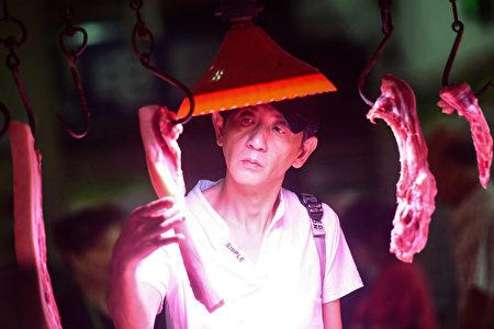 圖為9月10日一名浙江省的民眾在挑選豬肉,因為非洲豬瘟以及限制美國豬肉進口,中國國內的豬肉價格飆升了約一半。(STR/AFP/Getty Images)