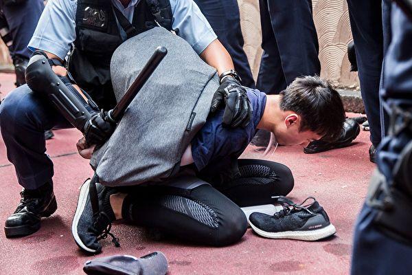 2019年9月14日,淘大商場處,警察有選擇性地抓人。(ISAAC LAWRENCE/AFP/Getty Images)