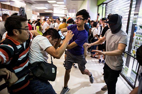 2019年9月14日,淘大商場處,支持警察人毆打支持反送中年輕人。(ISAAC LAWRENCE/AFP/Getty Images)