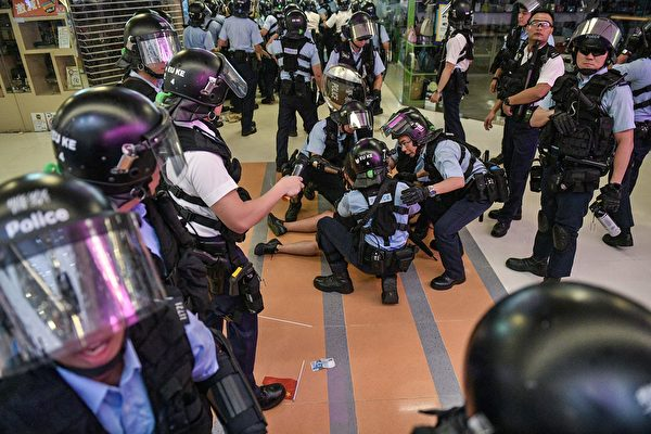 9月14日晚,有民眾發生爭執。圖為警察在九龍灣抓人。 NICOLAS ASFOURI/AFP/Getty Images)