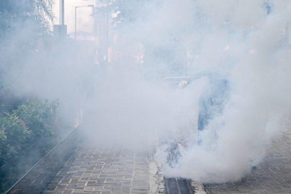 2019年9月15日,金鐘政府總部,警察連續發射催淚彈。(NICOLAS ASFOURI/AFP/Getty Images)