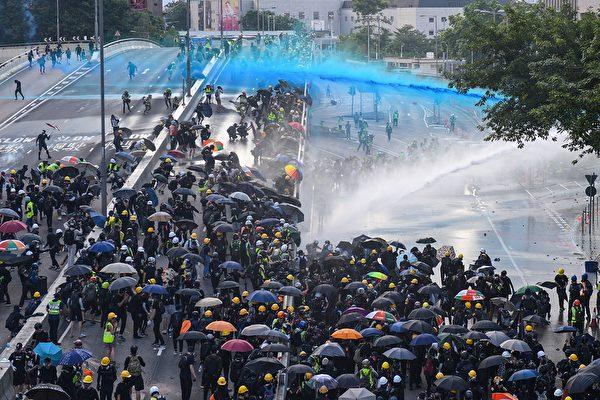 2019年9月15日,金鐘政府總部,警察用水炮車噴射藍色液體。(NICOLAS ASFOURI/AFP/Getty Images)