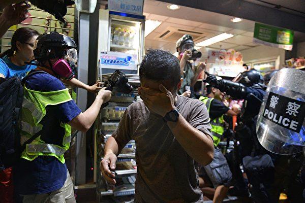 9月21日元朗,防暴警放催淚彈,一男子受傷。(NICOLAS ASFOURI/AFP/Getty Images)