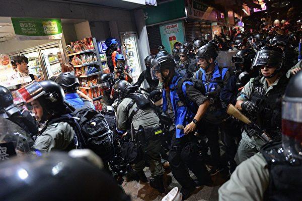 9月21日晚元朗,防暴警放催淚彈,襲擊抗爭者。(NICOLAS ASFOURI/AFP/Getty Image)