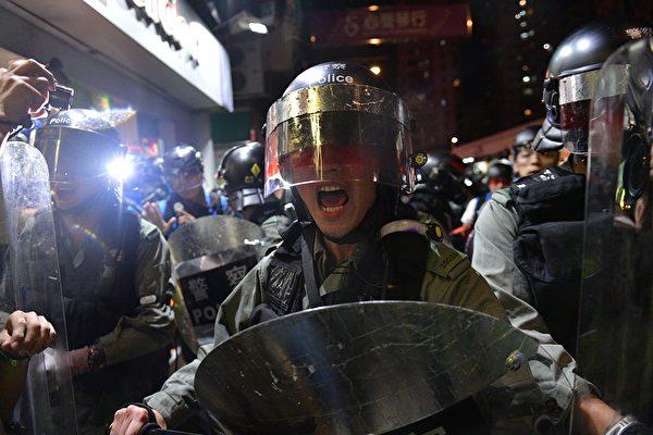 9月21日元朗,防暴警放催淚彈,襲擊抗爭者。 NICOLAS ASFOURI/AFP/Getty Images)
