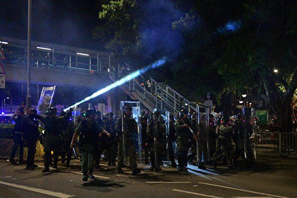 9月21日元朗,防暴警放催淚彈,襲擊抗爭者。 (NICOLAS ASFOURI/AFP/Getty Images)
