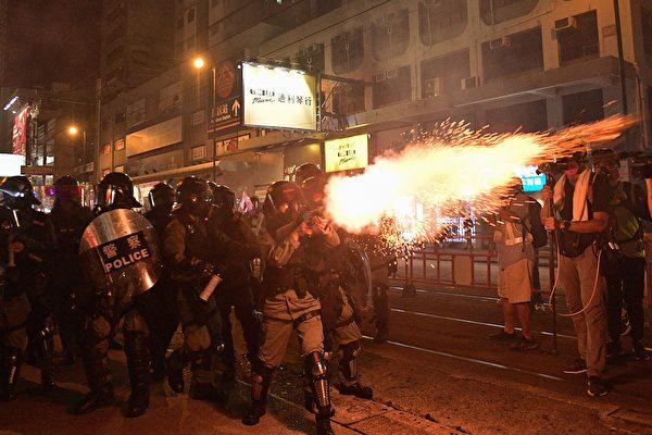 9月21日入夜,仍有大批民眾聚集在街上,警察發催淚彈驅離。(NICOLAS ASFOURI/AFP/Getty Images)