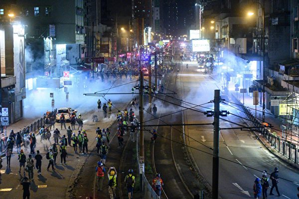 9月21日,大批民眾聚集在元朗街上,警察發催淚彈驅離。(PHILIP FONG/AFP/Getty Images)