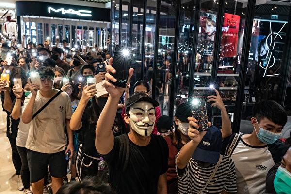 9月21日晚,大批民眾聚集在元朗商場,抗議7.21白衣人襲擊抗爭者,警察不作為。(Anthony Kwan/Getty Images)