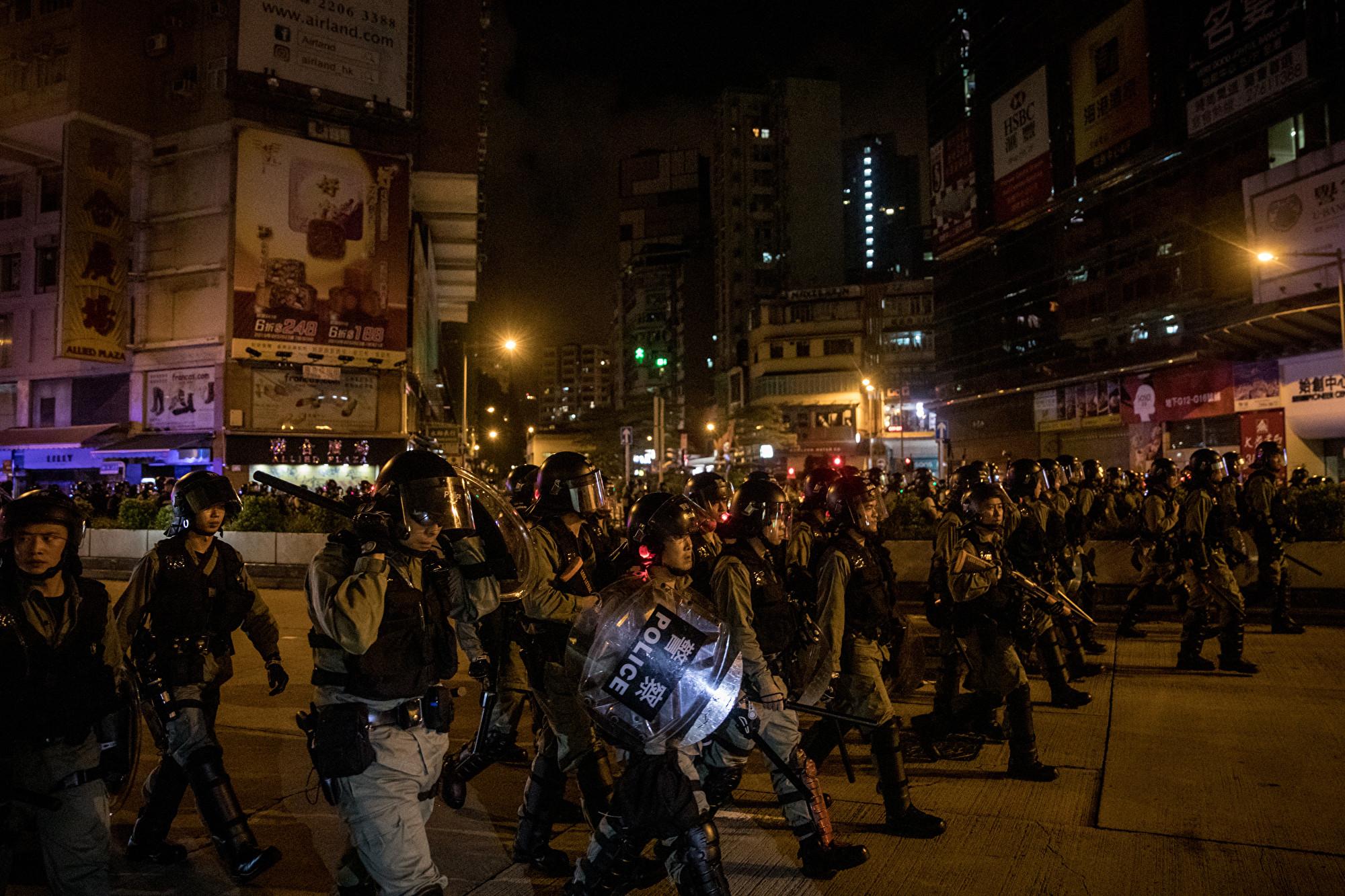 香港一名年輕男孩只因暗諷警察「沒有良心」,結果遭警察一陣毒打,打到頭破血流。圖為2019年9月1日,出現在旺角街頭的警察。(Chris McGrath/Getty Images)