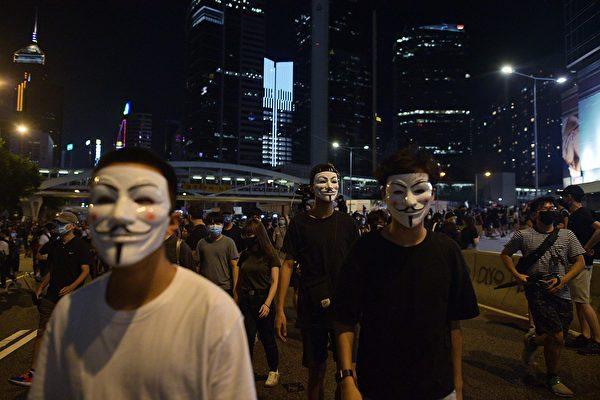 9月28日晚,金鐘夏愨道上的民眾。(NICOLAS ASFOURI/AFP/Getty Images)