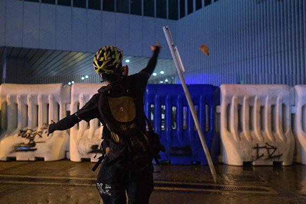 9月28日晚,海富天橋處水馬外,有人向水馬內扔雜物。(NICOLAS ASFOURI/AFP/Getty Images)