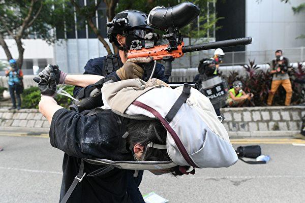 9月29日,港警在金鐘瘋狂抓人。(MOHD RASFAN/AFP/Getty Images)