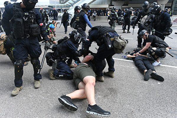 9月29日,港警在夏悫道疯狂抓人。(MOHD RASFAN/AFP/Getty Images)