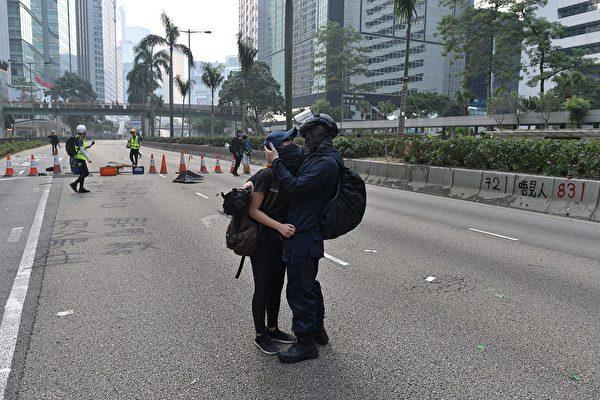 9月29日,一对抗争者在现场拥抱。(NICOLAS ASFOURI/AFP/Getty Images)