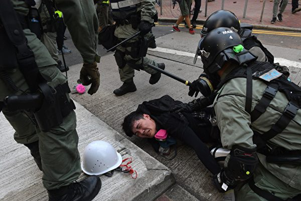 9月29日,港警瘋狂抓人。(NICOLAS ASFOURI/AFP/Getty Images)