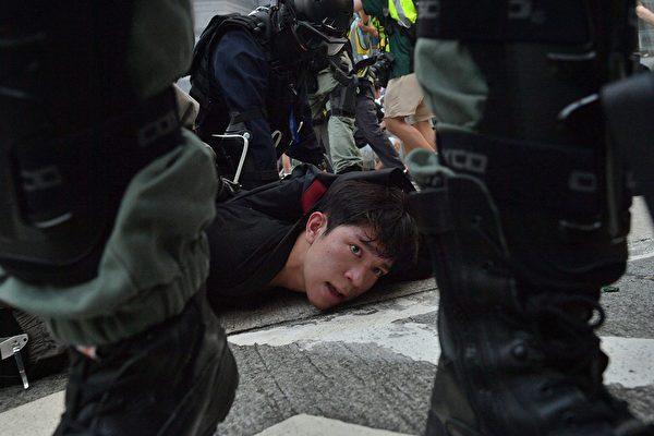 9月29日,港警瘋狂抓人。(NICOLAS ASFOURI/AFP/Getty Images)