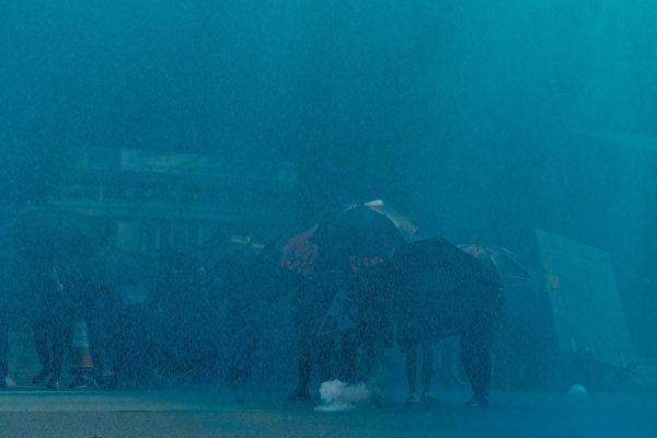 9月29日晚,港警發射藍色水炮。(Anthony Kwan/Getty Images)