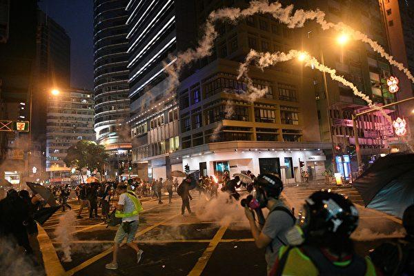 9月29日晚,港警狂放催淚彈,示威者躲避。(MOHD RASFAN/AFP/Getty Images)