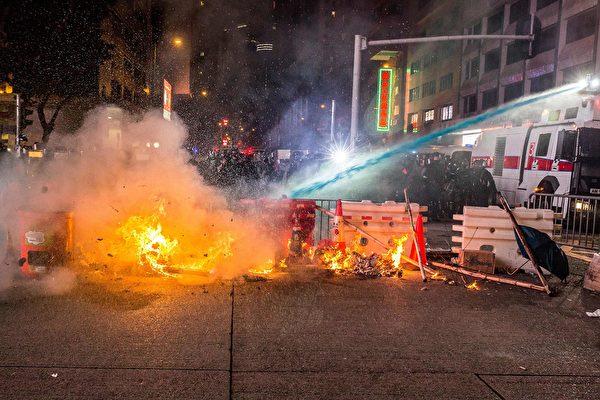9月29日晚,警民衝突,警方用水砲滅火。 (ISAAC LAWRENCE/AFP/Getty Images)