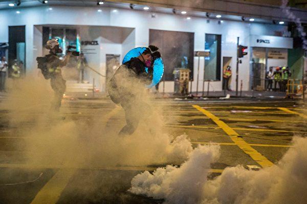 9月29日晚,港警狂射催淚彈,示威者被煙霧籠罩。 (ISAAC LAWRENCE/AFP/Getty Images)