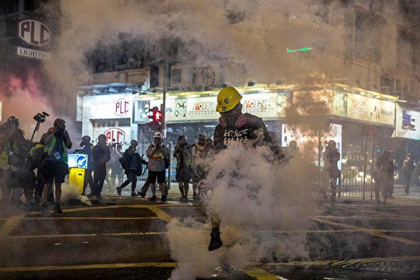 9月29日晚,港警狂射催淚彈,示威者被煙霧籠罩。(ISAAC LAWRENCE/AFP/Getty Images)