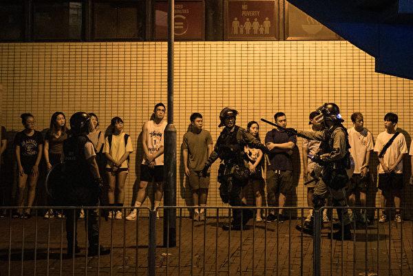 2019年9月8日,警方抓民眾。(Chris McGrath/Getty Images)