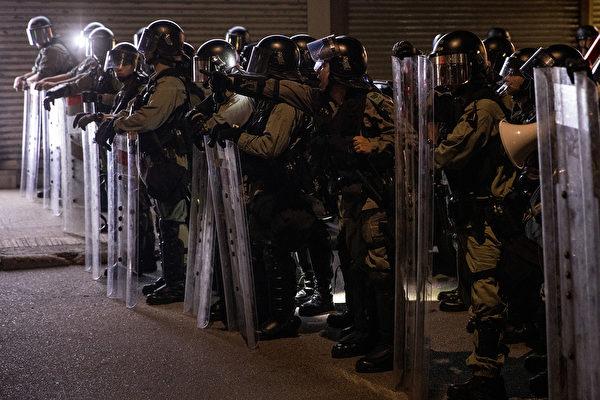 9月21日夜,大批民眾聚集元朗抗議7.21白衣人襲擊,警方不作為,警察施放催淚彈驅離。(Chris McGrath/Getty Images)