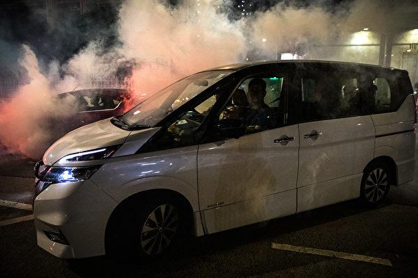 9月21日夜,大批民眾聚集元朗抗議7.21白衣人襲擊,警方不作為,警察施放催淚彈驅離,抗爭者離開。( Chris McGrath/Getty Images)