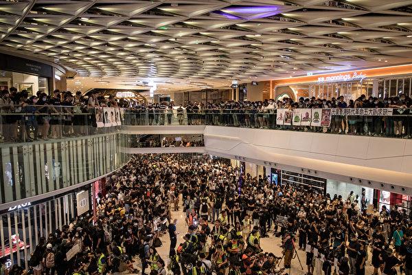 9月21日晚,大批民眾聚集在元朗商場,抗議7.21白衣人襲擊抗爭者,警察不作為。(ISAAC LAWRENCE/AFP/Getty Images)