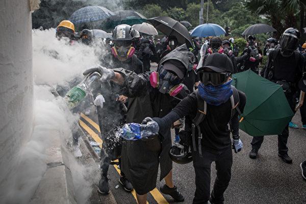 9月29日晚,港警狂放催淚彈,示威者用水撲滅它。(Chris McGrath/Getty Images)