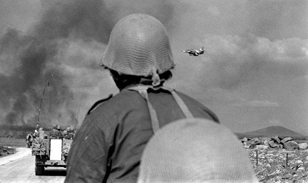1973年10月8日,發生在戈蘭高地(Golan Heights)的贖罪日戰爭(Yom Kippur War)。(Shlomo Arad/GPO/Getty Images)