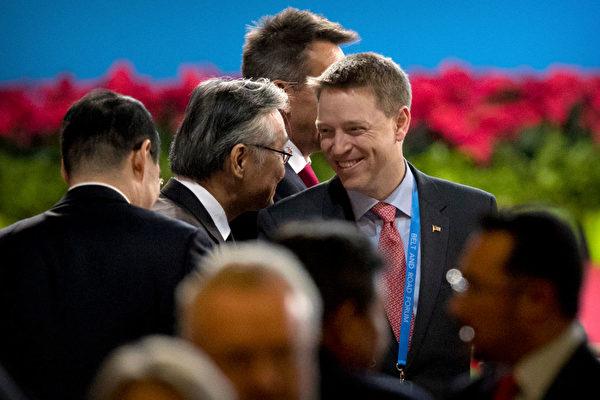 博明(中)是「中國通」,非常關注中國人權的狀況。圖為博明2017年到北京出席一帶一路會議。(Mark Schiefelbein–Pool/Getty Images)