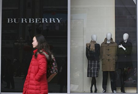 圖為一名顧客穿過英國知名品牌巴寶莉重慶實體店的門口。(China Photos/Getty Images)